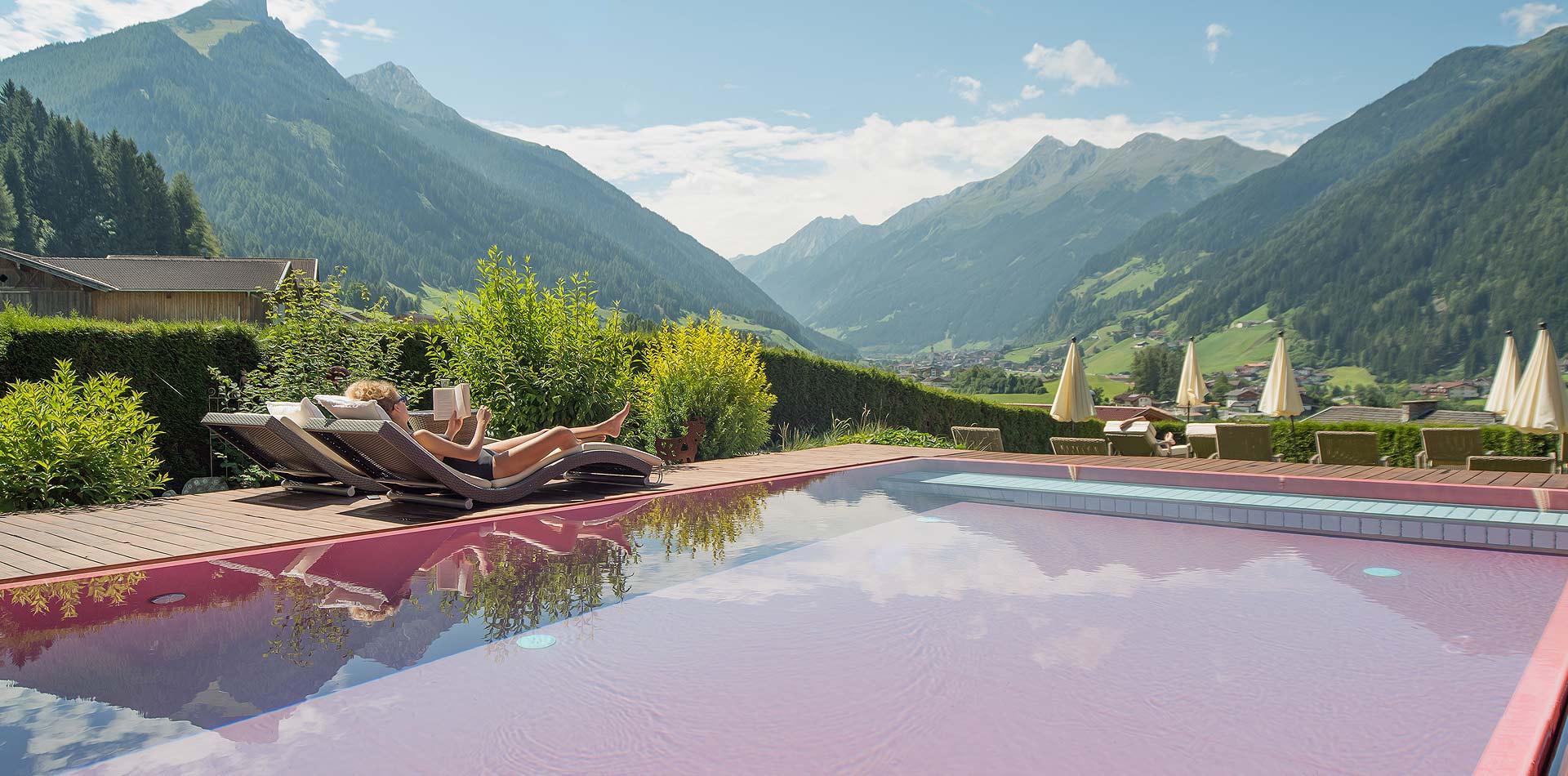 Pool und Hotelgarten im LifeStyle Hotel Neustift